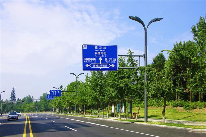 与交通指示牌合杆