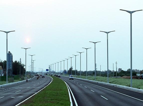 """海口江东新区主干道的这些路灯,有""""飞""""一般的感觉"""